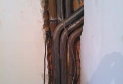 Укладка труб под кабель в стене